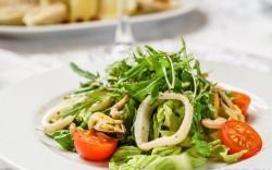 Как приготовить вкусный салат из морепродуктов и что для этого понадобится