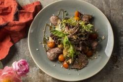 Как приготовить вкусный теплый салат с говядиной: простой рецепт